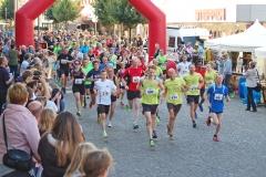 zi01: Bereits beim 5-km-Stadtwerke-Jedermann-Lauf und 5-km-SchülerInnen-Lauf wurde es voll in der Zevener Fußgängerzone. Es siegte bei den Männern Max Schröter (ProEnzym Tri Team Hamburg, Nr. 490) mit einer Zeit von 16:28 min.