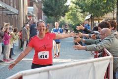 Zi04: Geesche Martens gehörte zum Team der Bäckerei Schwarz und wurde von den an der Laufstrecke anwesenden Elsdorfer Fans beim 5 km-Lauf ebenso gefeiert, wie der Rest ihrer fröhlichen Mannschaft.