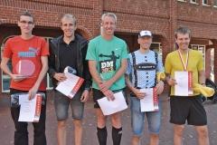 Zi07: Siegerehrung der Männer über die Halbmarathon-Strecke. Es gewann Marcel Frank (li.) der im Winter auch schon den Oste-Cup gewonnen hatte.