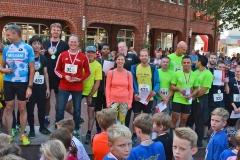 Zi09: Bei der Siegerehrung des 5km-Firmenlaufes wurde es richtig voll auf dem Podest vor der Rathaus