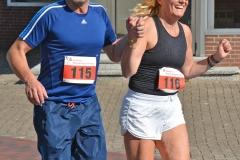 Zi12: Ingo Bellmann und Sandra Feldkämper hatten während des 10km-Laufes noch Kraft für eine fröhliche Aktion und liefen kurzzeitig Hand in Hand.