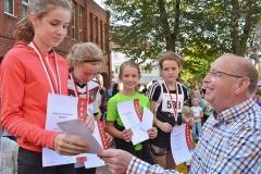 zi15: Siegerin im 2,2 km-Schnupperlauf wurde Julia Werner (li.), die von Bürgermeister Hans-Joachim Jaap ihre Urkunde und ein Geschenk entgegen nahm.
