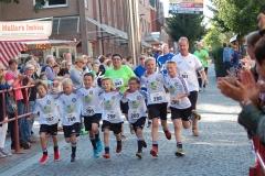 Zi16: Wie schon im Vorjahr, liefen auch diesmal die jungen Fußballer des TuS Zeven als Team über die Ziellinie.