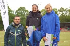 zi03: Silvio Schirrmeister mit Sophie Weißenberg und Katharina Mattern (re.) bei der Siegerehrung der WJ U20 Dreispringerinnen auf dem diesjährigen Pfingstsportfest der LAV Zeven.