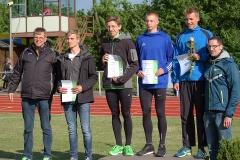 zi04: Tom Schröder (2. v. re.) und Silvio Schirrmeister (re.) bei der Siegerehrung der 400 m Hürden der MJ U18 auf dem diesjährigen Pfingstsportfest der LAV Zeven.