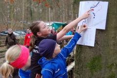 Szene vor dem Start. Die für die LAV Zeven antretende Hannah Kinner half anderen jungen Damen bei der Klärung der zu laufenden Strecke.