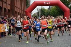 Schnellster Mann über die Halbmarathon-Distanz war René Jäger (Nr. 1059). Links neben ihm Thomas Silies (Nr. 1106) von der LAV Zeven.