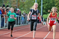 Paula Itzek (Nr. 261) – hier beim Zieleinlauf im Sprint – gewann den abschließenden 800m-Lauf der W 10 in einer Zeit von 3:00,04 min.