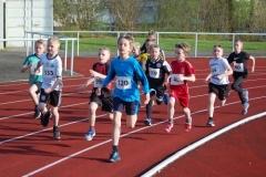 Zi01: Kurz nach dem Start zum 800m-Lauf der männlichen Kinder U10. Es gewann Silas Dreyer (re., Nr. 60) von der LAV Zeven mit einer Zeit von 3:02,67 Minuten.