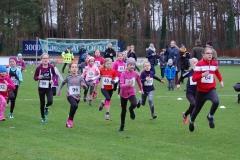 Start über die 860m der weiblichen Kinder. Schnellste Läuferin war Paula Holste (Nr. 64, TV Scheeßel, Kinder W11, 3:42) vor Kendra Giesler (Nr. 40, Hannover Athletics, Kinder W08, 3:56) und Lara Fitschen (Nr. 98, LAV Zeven, Kinder W10, 3:58).