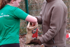 Nach dem Zieleinlauf durfte sich beim Nikolauscross eine Süßigkeit aus einem kleinen Sack genommen werden.