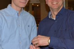 Jens Dohrmann (re.) überreichte nach seinem Jahresrückblick die LAV-Becher, so wie hier an Joost Michaelis für dessen Leistungen im Speerwurf und im 200m-Lauf.