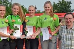 zi08: Die Staffel der WJ U20 des TSV Wehdel gewann ihren Wettkampf, erreichte die Qualifikation für die Deutschen Meisterschaften und stellte einen neuen Bezirksrekord auf. Außerdem gab es von Jörg Ahlgrim (re.) von der Glaserei Ahlgrim einen Staffelstab aus Glas als besondere Trophäe.