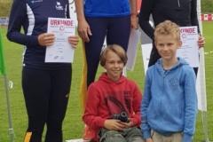 Siegerehrung 100m mit Melinda Mester und ihren beiden Fans, ihren Söhnen Niklas (li.) und Marc. (Foto Rita Meier)