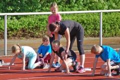 Trainerin Stefanie Lenz gab Tipps zum Start aus dem Startblock.