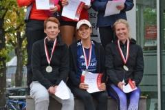 Ehrung der schnellsten weiblichen Aktiven über die 10km-Distanz. Mit dabei Svea Timm (obere Reihe, Mitte).