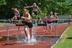 Bei den Hindernisläufen am Sonntag wurden auch die Meisterschaften des NLV und des BLV ausgetragen. So wie hier für die WJ U18 über die 1500m-Strecke.