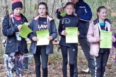 Siegerehrung der weiblichen Jugend W12 durch Jens Dohrmann. Es siegte im Großen Holz (v.li.) Marlene Mohr (LAV Zeven) vor Maria Cordes (LAV Zeven) und Jette Schwarze, der Oste-Cup-Gewinnerin 2019 vom Buxtehuder SV. Lara Fitschen (LAV Zeven) kam bei dem Rennen über 1300m auf den vierten Rang.