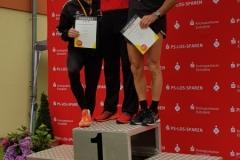 Siegerehrung 200m mit Helmut Meier (re.)