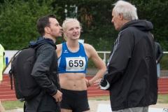 Die Lübeckerin Janina Lange gewann den Weitsprung der Frauen. Nach ihrem letzten Sprung holt sich die Siegerin bereits erste Tipps für die nächsten Wettkämpfe.