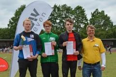 Siegerehrung des Kugelstoß-Wettbewerbs der MJ U18 am Sonnabend. Es gewann (v.li.) Jeremy Bruer (MTV Schöningen, 12,43m) vor Corvin Schäfer (LG Kreis Nord Stade) und Marco Ring (Team Voreifel). Die Ehrung nahm Jens Dohrmann, der Vorsitzende der LAV Zeven, vor.
