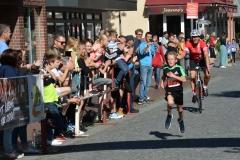 """Timo Dreemann (SC Wittkopsbostel, MK U12, 9:50 min) gewann erneut mit großem Abstand den 2,2km-Schnupperlauf und überholte kurz vor dem Ziel sogar noch Bernd Kaminski auf dem """"Begleitfahrzeug""""."""