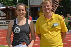 Einen neuen Pfingstsportfestrekord stellte am Sonntag Henriette Heinichen (TuRa Braunschweig) im Hammerwurf-Wettbewerb der weiblichen Jugend U20 auf. Sie warf den 4kg-Hammer auf eine Weite von 53,03m. Die Ehrung nahm der LAV-Vorsitzende Jens Dohrmann vor.