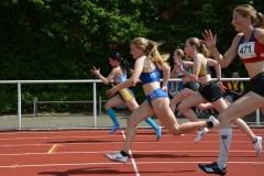 Nele Müller von der LAV Zeven (2.v.re.) gelang am Sonntag im 100m-Lauf der weiblichen Jugend U18 der Sieg mit einer Zeit von 12,66 sec.