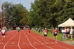 Zieleinlauf 100m: Helmut Meier (Nr. 3, GER) rechts auf Bahn 1, Karl Dorschner (Nr. 177, GER) auf Bahn 2 und Lazlo Dömös (Nr. 125, AUT) auf Bahn 6.