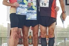 """Siegerehrung 400 Meter mit den deutschen Athleten Meier (Mitte), Dorschner (li.) und Rausch. """"Wir stehen ein bisschen dicht zusammen, aber in Tschechien gab es bisher noch keine Einschränkungen"""", sagte dazu Helmut Meier."""