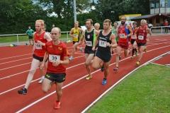 Szene aus einem 800m-Lauf. Mit dabei auch der für die LG Buntentor Roadrunners startende Heeslinger Thomas Silies (Nr. 14).