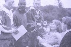 Pfingstsportfest Zeven Siegerehrung 110m Hürden. Links Frank Busemann 1996 Zehnkampf-Olympia-Zweiter in Atlanta, Claude Edorh, Dietmar Koszewski, geehrt von Elke Biller und Hans-Hermann Neblung.