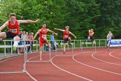 zi09: 400m-Hürden-Finale der MJ U20. Es gewann Niklas Maximilian Groneberg (Nr. 655, SV Friedrichsgabe, 57,30 sec) vor Anis Mokaddem (144, Hamburger SV, 57,79 sec) und Tom Fischer (227, HSG Universität Greifswald, 58,03 sec).
