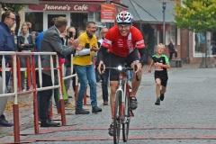 Der Radfahrer an der Spitze des Feldes
