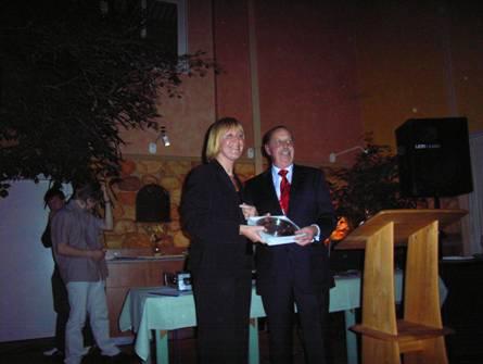 Der Bürgermeister der Stadt Zeven überreicht nach seiner Rede ein Präsent der Stadt