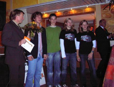Blumen für Hans-Hermann Neblung von den Zevener Jugendlichen