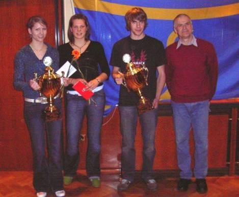Pokale der Sparkasse Rotenburg-Bremervörde an Kathrin Link, TuS Alfstedt, Carmen Ludwig und Bruno Gärtner, TuS Rotenburg