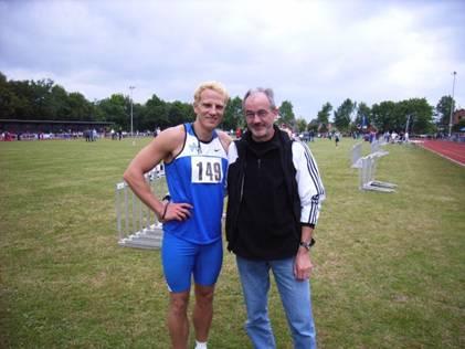 Marc Blume TV Wattenscheid hier zusammen mit LAV Zeven Seniorenathlet Helmut Meier, Deutscher Meister Senioren M55 in der Halle über 200m und 400m