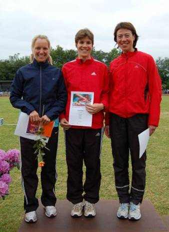 Siegerehrung 1500m Frauen, links Siegerin Birte Bultmann, LG Braunschweig