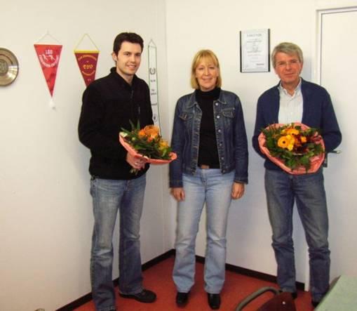 Das Foto zeigt die LAV-Vorsitzende Mara Zabel mit dem Abteilungsleiter Leichtathletik im  TuS Heeslingen – Andre Fehlandt (links) – und Bernd Schulz