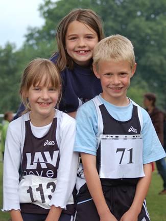 Ein starkes Trio: Die drei jungen Kreismeister Lena Dohrmann (li.) , Wiebke Fricke und Jonathan Wehe von der LAV Zeven.