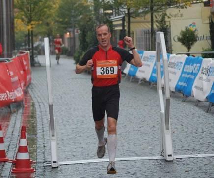 Sieger über die 10km Stefan Bädermann  LG Celler Land  (Foto © Jens Zschiesche)