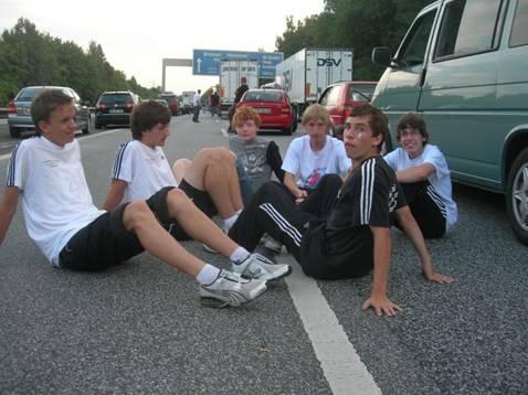 Unfreiwillige Rast auf der Autobahn nach guten Leistungen in Rostock Von links: Ole Harms, Dion Saß, Jonas Harder, Helge Zabel, Tim Kosmata, Justin Schröter