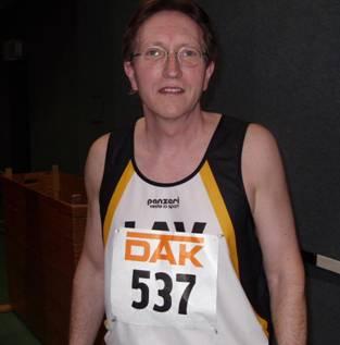 Neuzugang Dr. Bernward Schneegans musste seinen 200m Zeitendlauf wegen Achillessehnenproblemen vorzeitig aufgeben.