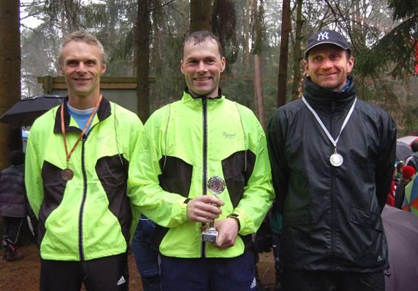 So sehen Sieger aus: Heino Fienen, Pokalgewinner Andreas Müller und der Zweitplazierte Bernd Bredehöft (v.li.)