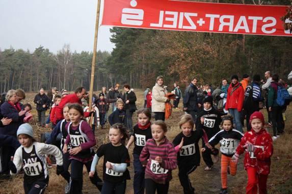 Tolle Ergebnisse gab es auch beim Lauf über die 650m Distanz, den bei den Schülerinnen W09 Lena Dohrmann Nr. 841) von der LAV Zeven in 2:53 Minuten gewann.