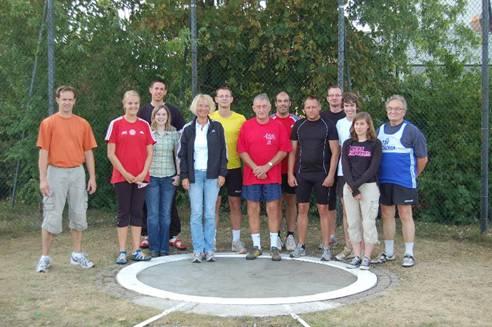 zi01: Einige der Teilnehmenden am Rasenkraftsportfest des TuS Zeven. Volker Schmidt vom TV Sottrum (Mitte) stellte dabei einen neuen Kreisrekord im Hammerwurf der M65 auf.