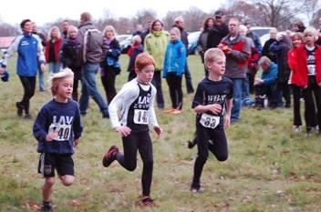 Szene nach dem Start der Schüler über die 850m-Distanz mit Maik Pieper (LAV Zeven, Nr. 140), Jan-Henrik Kruse (LAV Zeven, Nr. 142) und Kjon Frenz (Team Ronolulu, Nr. 33).