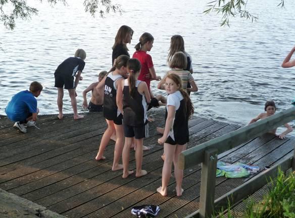 Die Jüngsten zog es nach dem Wettkampf zur Abkühlung in Richtung See.