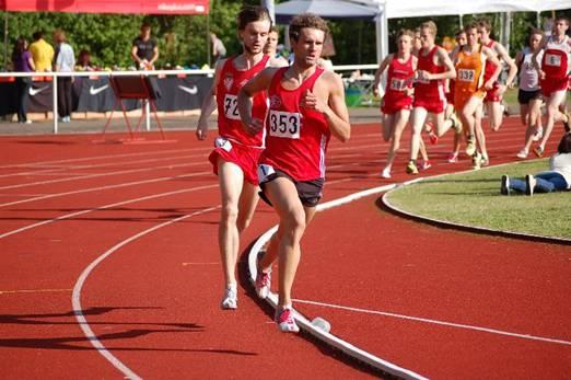 Ebenfalls im 1500m Lauf - allerdings bei den Männern - gab es den dritten Pfingstsportfestrekord des Tages. Hier gewann Viktor Kuk (353)vom OSC Damme in 3:48,96 min vor Hannes Liebach (721)vom LC Cottbus (3:49,54 min). In diesem Wettbewerb profitieren die Läuferinnen und Läufer von der Vorgabe des Veranstalters, die Läufe jahrgangs- und geschlechtsübergreifend zusammenzustellen. Dadurch ergeben sich spannende Auseinandersetzungen, die die guten Laufergebnisse begünstigen.